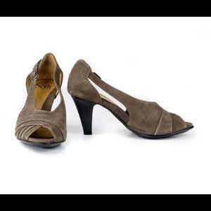 Soft brand light brown heel size 8